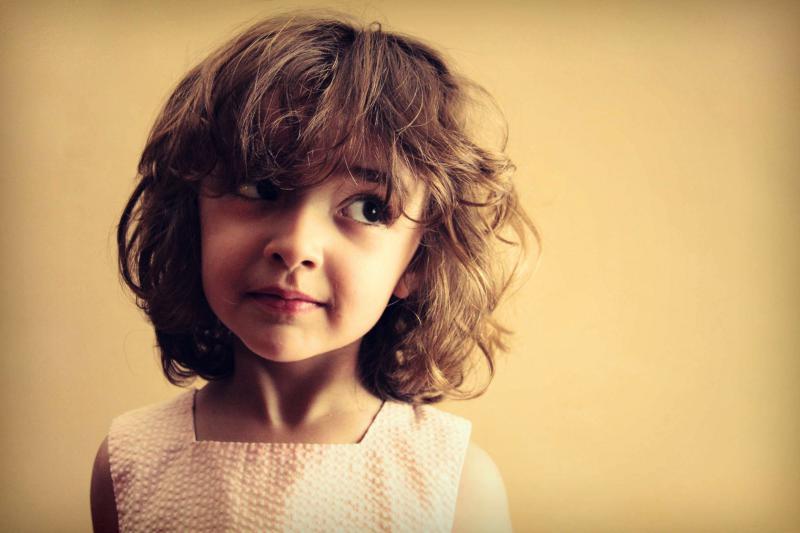 Kind schaut zur Seite