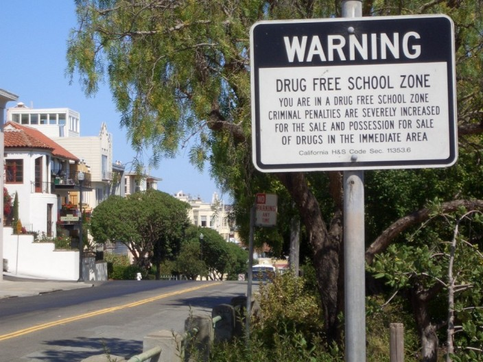"Hinweisschild aus San Francisco ""Drug free School Zone"""