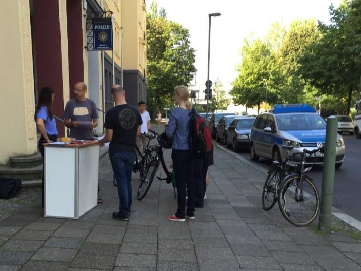 Fahrradcodierung vor Direktion 5 - Abschnitt 51 der Berliner Polizei