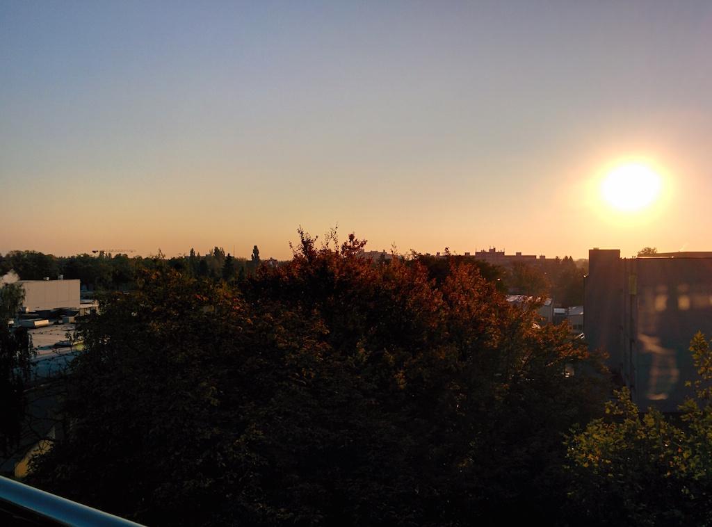Sonnenaufgang über dem Industriegebiet
