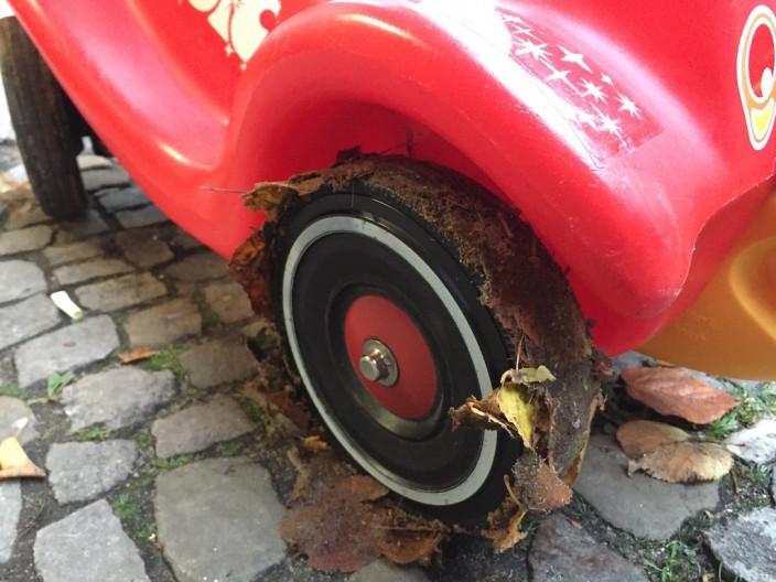 So sehen Reifen im Herbst nun mal aus... Alles nur Blätter, wirklich!