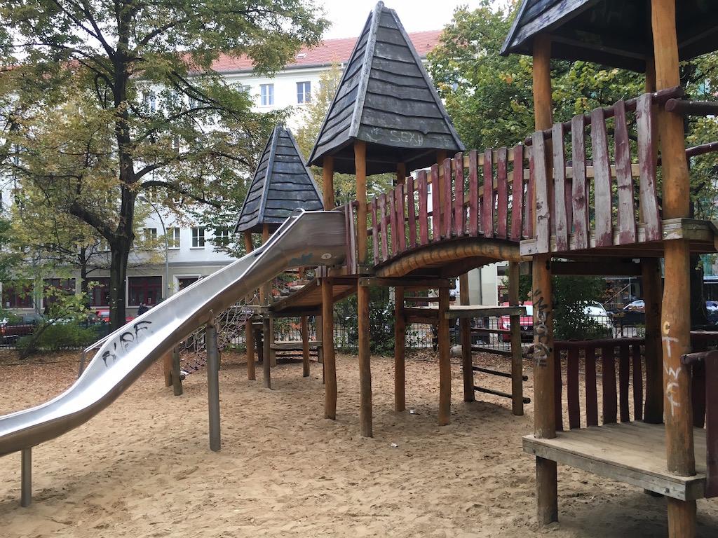 Auch bei herbstlichen Wetter geht es auf den Spielplatz.