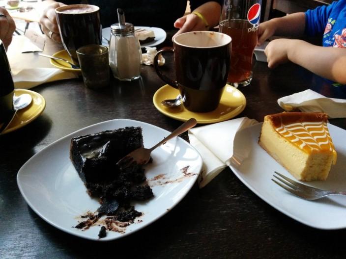 Schokoladenkuchen fürs Kind und Mango-Käsekuchen für mich