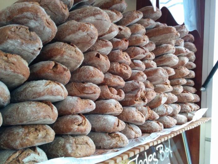 Der Wochenmarkt ist wie eine andere Welt. Handgemachte Brote.