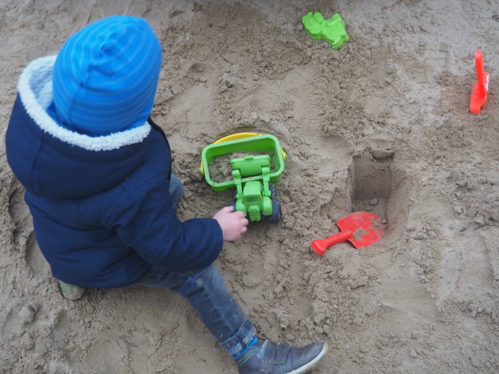 Gut eingepackt, kann man sogar noch im Sand spielen.