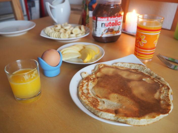 Sonntagsfrühstück - Pancakes mit Obst und Nutella