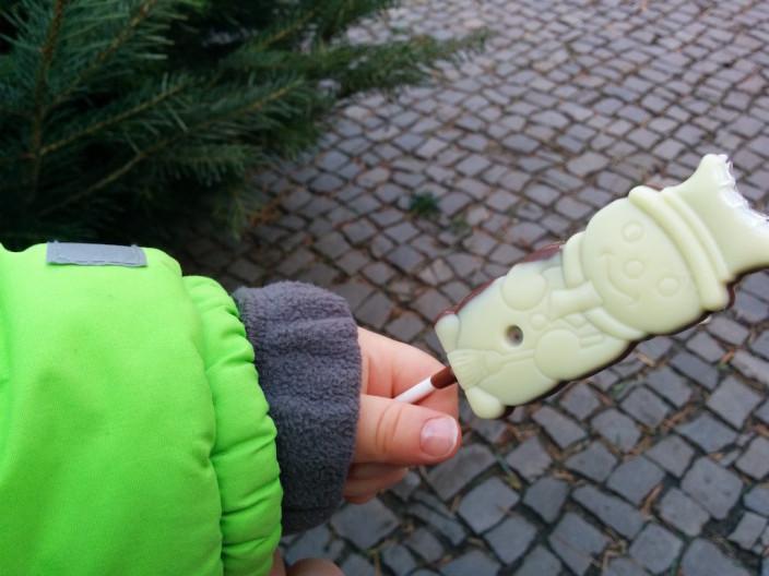 Schokolade am Stiel... wenigstens die Hände bleiben sauber.