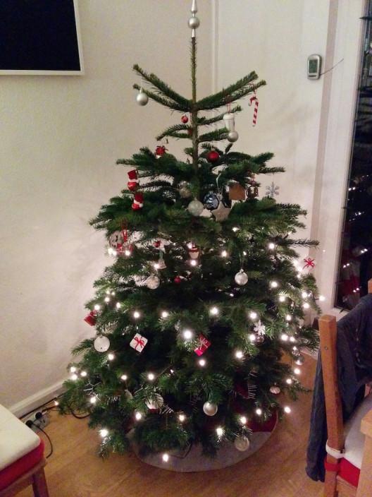Unser halb geschmückter Weihnachtsbaum.