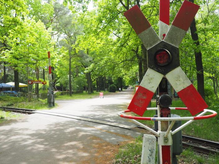Die Parkeisenbahn FEZ fährt als Schmalspurbahn ein mal quer durch den Park.
